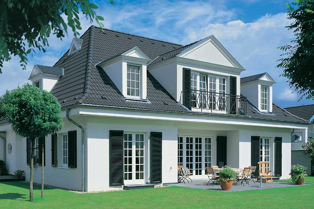 Dacheindeckung mit schwarzen Dachsteinen